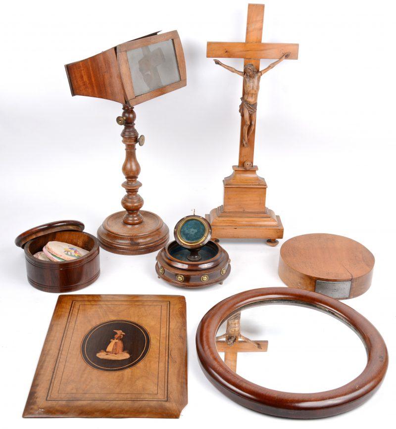 Een lot houten voorwerpen, waarbij een kleine ronde spiegel, een kijker, een ingelegd deksel van een kistje, een kruisbeeld, een rond doosje, een houder voor een zakhorloge (zonder stolp) en een speldenkussen. Grotendeels XIXe eeuws.