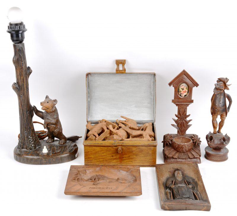 Een lot houtsnijwerk, bestaande uit een lampvoet met een beer, een wijwatervaatje, een pijpenrekje met karikaturaal mannetje, een lot diertjes en twee reliëffen, waarbij een afbeelding van de stervende leeuw van Luzern