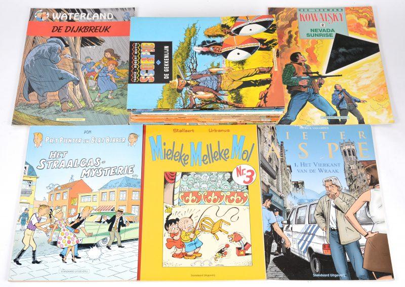 Een lot van 18 strips uitgegeven bij de Standaard Uitgeverij, waarbij elf albums van 'Piet Pienter en Bert Bibber', een album van 'Waterland', een alum van Pieter Aspe, een album 'De Poweet op de Reddelberg', twee albums van 'Scorpio', een album van 'Mieleke Melleke Mol' en een album van 'Kowalski'.
