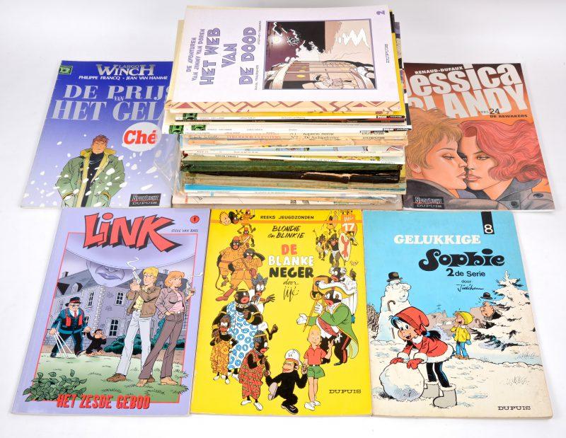 Een lot van 36 strips, waaronder een eerste uitgave van 'De Zwarte hoeden' van 'Robbedoes en Kwabbernoot', een album van 'Jan Kordaat' en één van 'Baden Powell'. Verder albums van 'Buck Danny', 'Agent 212', 'Theodoor Cleysters', 'Largo Winch', enz.
