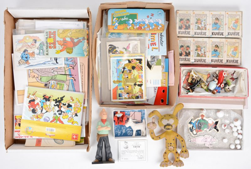 Een lot verzamelobjecten en promotiemateriaal m.b.t. strips, bestaande uit enkele metalen figuurtjes van Kuifje, knikkers, zeep, briefpapier, stickers, enz.