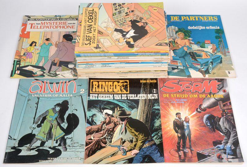 Een lot strips, waarbij 10 albums van 'Tangy en Laverdure', 5 albums van 'Sjef van Oekel', 3 albums van 'Roel Dijkstra', 3 albums van 'Yalek', enz.
