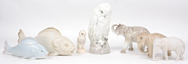 Een lot diertjes van porselein en biscuit, bestaande uit twee uilen, twee vissen met deksel en drie olifanten.