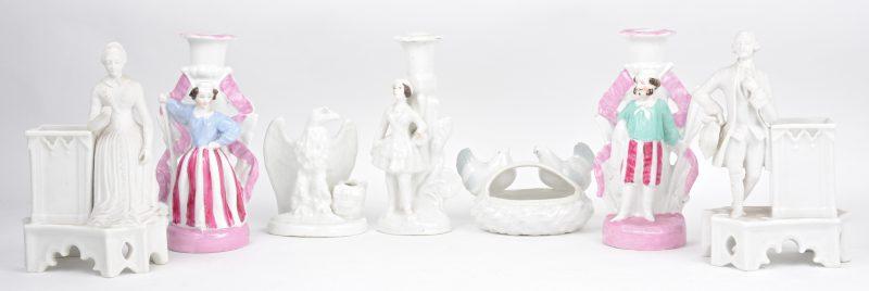 Een lot porselein, bestaande uit twee gepolychromeerde kandelaars met een koppel (één gerestaureerd), een kandelaar met een jonge vrouw (handje manco), een pennenhouder met een adelaar, een mandje met twee kippen en twee sierjardinières met een XVIIIe eeuws paar.