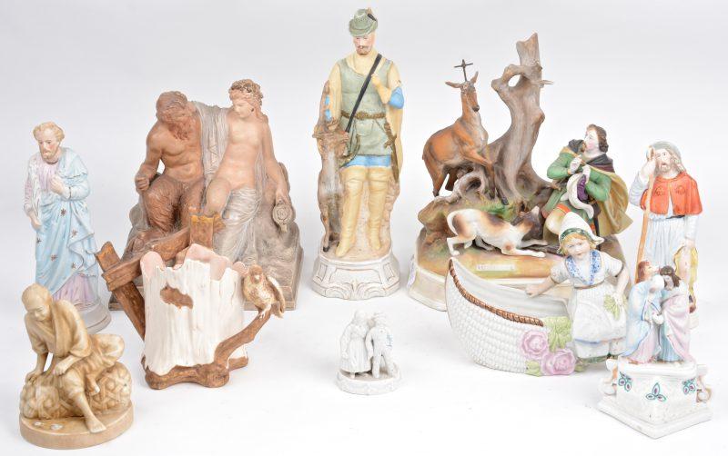 Een gevarieerd lot beeldjes van biscuit, terracotta en porselein.