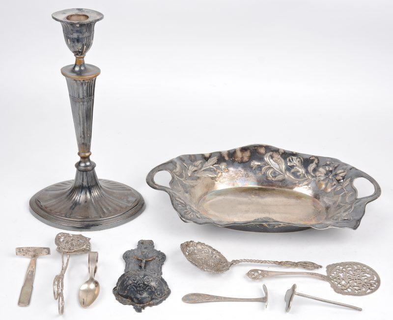 Een lot zilver en verzilverd metaal, waarbij een wijwatervaatje, een tangetje en een lepeltje van zilver.