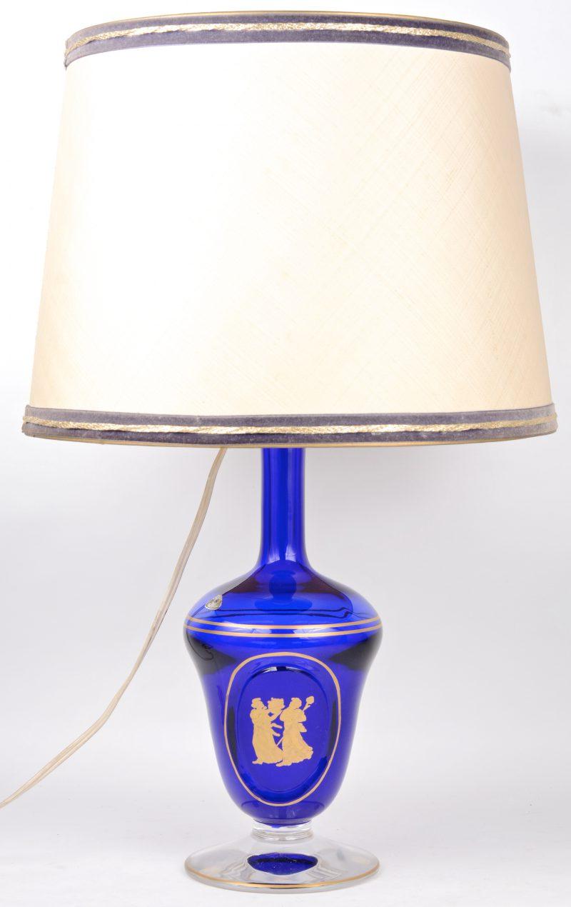 Een kristallen lampvoet met een verguld decor op blauwe fond. Gemerkt.