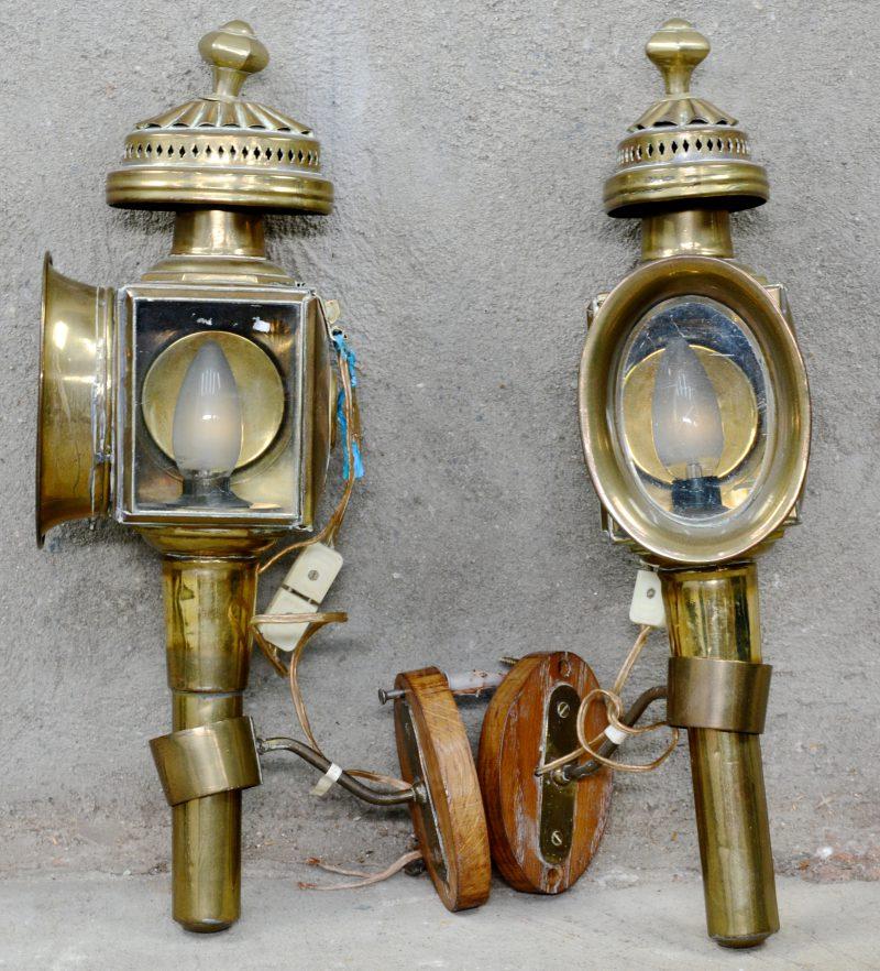 Een paar messingen koetslampen. Gemonteerd op elektriciteit en houten wandbevestigingen.