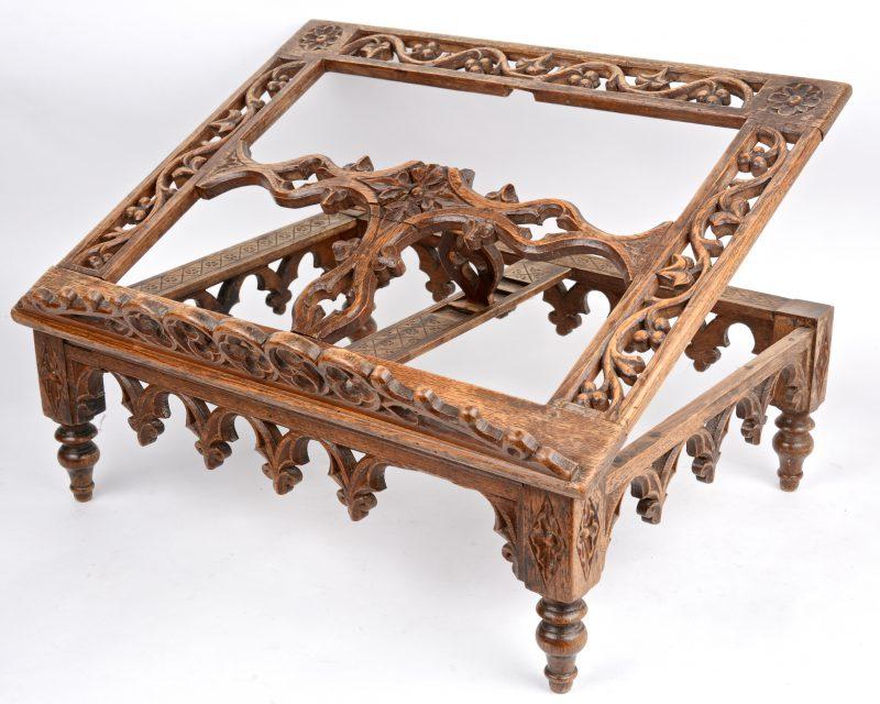 Een gebeeldhouwd houten boekenstandaard in renaissancestijl. XIXe eeuw.