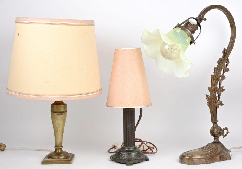 Drie verschillende koperen lampen, waarvan één met glazen kap.