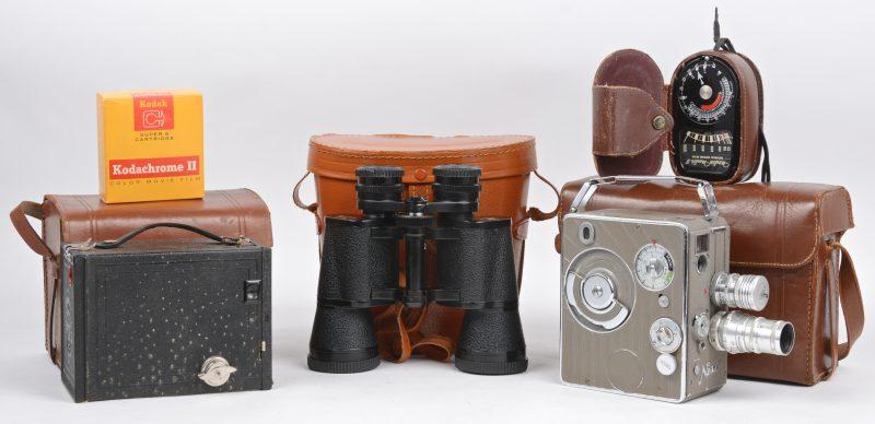 Een oude 8mm filmcamera met toebehoren, een Brownie fotocamera en een verrekijker. Allen in lederen etui.
