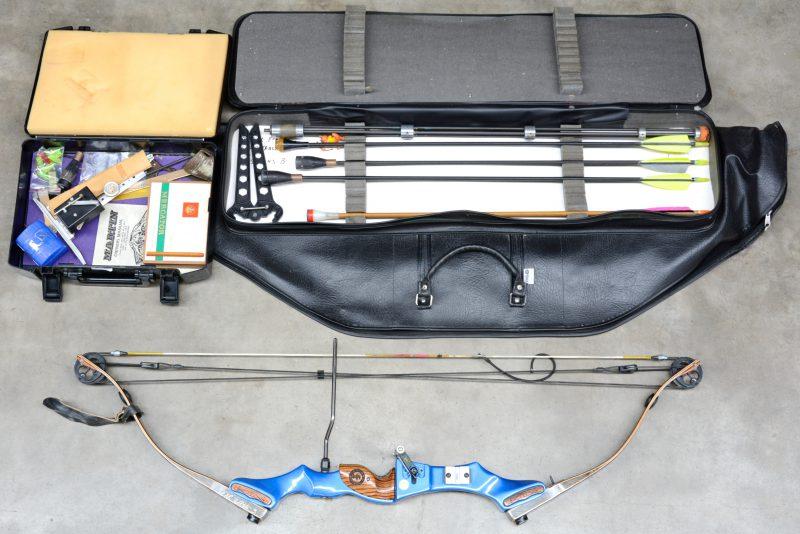 Een boog met pijlen voor wipschieting. In draagtas en met koffertje met toebehoren.
