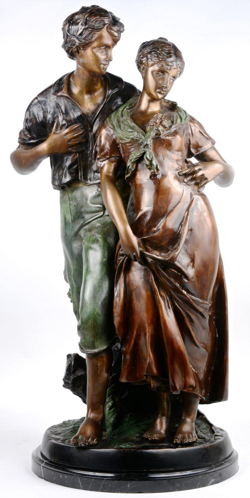 """""""De hofmaking"""". Een bronzen groep met tweekleurig patina op zwart marmeren voetstuk. Gesigneerd 'Madrassi'."""