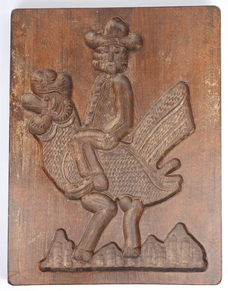 Een houten speculaasvorm met voorstelling van een man op een haan.