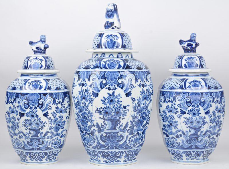 Een recente dekselvaas van Delfts blauw en wit aardewerk. En twee kleinere. Onderaan gemerkt.