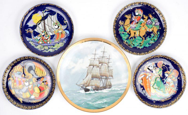 Vier sierbordjes van kobaltblauw porselein met een voorstelling van Simbad. Evenals een bord met een zeilschip naar Gardner.