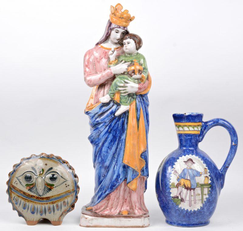 Een lot meerkleurig Frans aardewerk, bestaande uit een schenkkan, een Madonna met kind en een uiltje. De eerste twee XIXe eeuws. Schilfers.