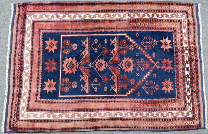 Een handgeknoopt Kaukasisch wolen karpet.