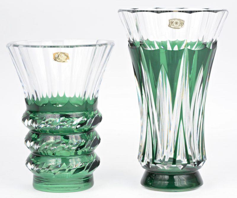 Twee vaasjes van groen gedubbeld en geslepen kristal, waarvan één pièce unique. Beide gemerkt.
