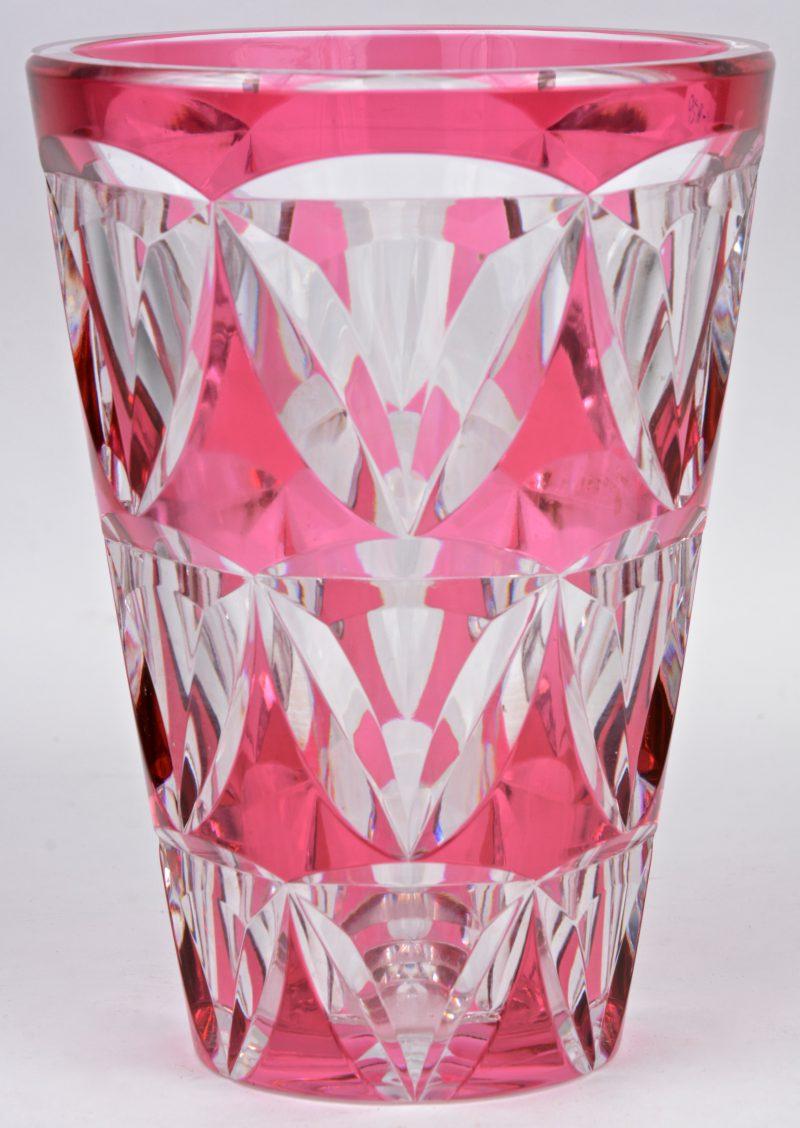 Een vaas van rood gedubbeld en geslepen kristal. Gemerkt.