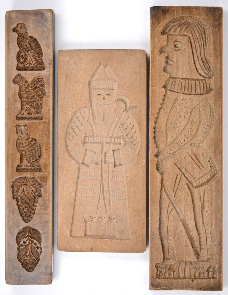 Drie speculaasvormen van gebeeldhouwd hout.