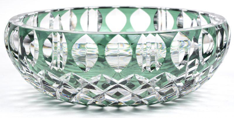Grote coupe van geslepen kristal, groen gekleurd in de massa. Gemerkt.