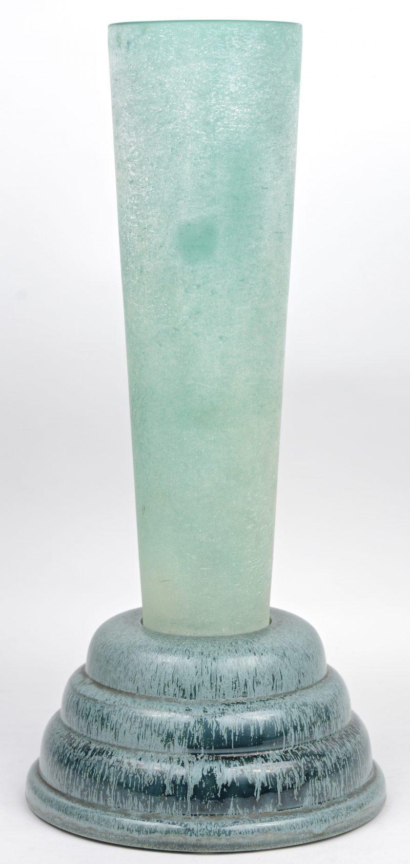 Een art deco lamp van groen glas.