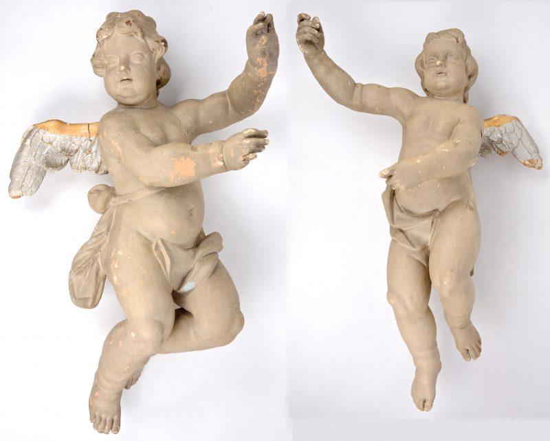 Een paar barokke engelen van hout en gips. XVIIIe eeuw.