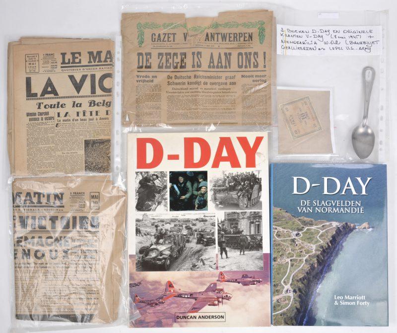 Een lot met betrekking tot D-Day, bestaande uit twee boeken, drie Antwerpse kranten, een lepel van het Amerikaanse leger en een Italiaans bankbiljet van de geallieerden.