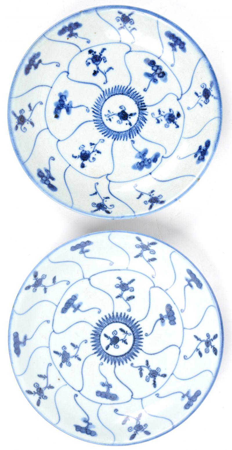 Paar borden van blauw en wit Chinees porselein.