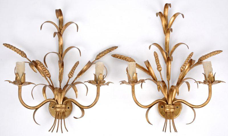 Een paar goudgepatineerde smeedijzeren wandkandelaars met korenhalmen.