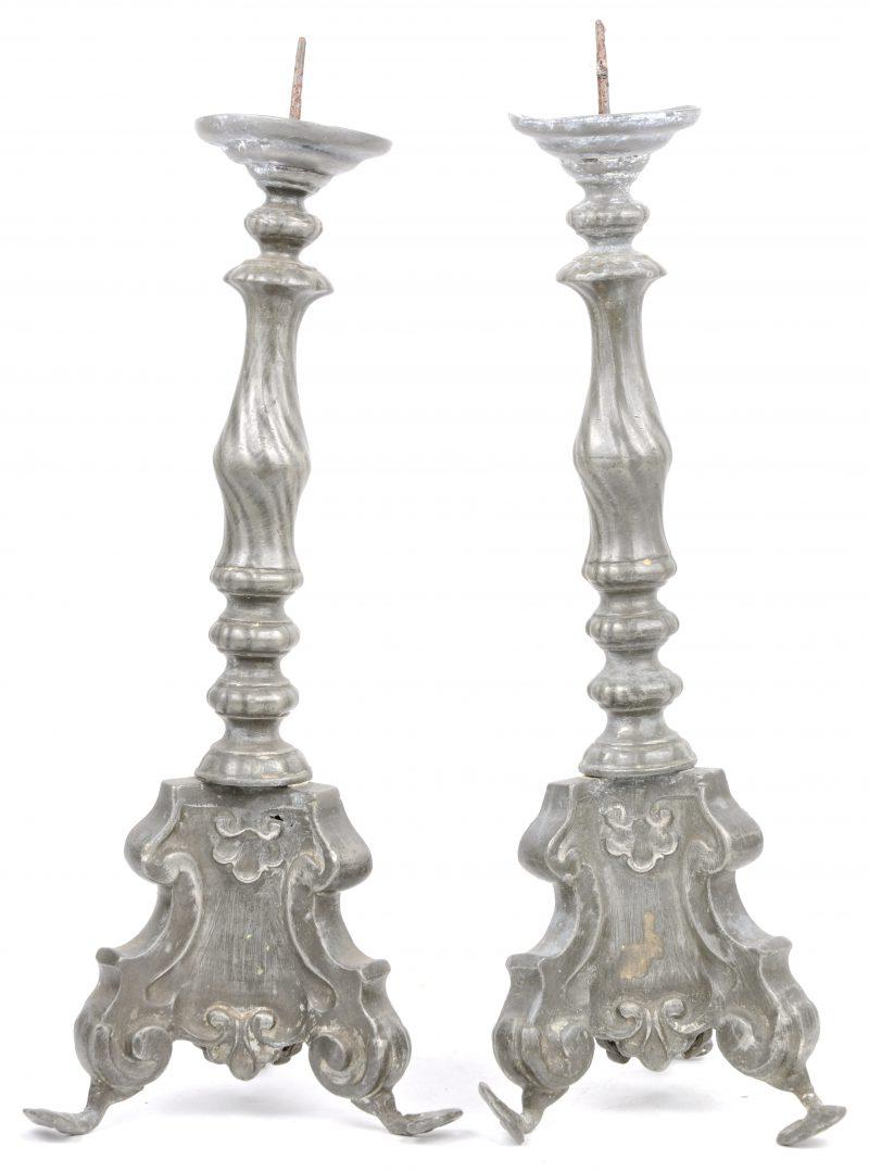 Een paar barokke kandelaars van tin. Tijdperk Lodewijk XV.