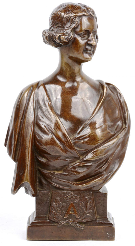 Een vrouwenbuste van bruingepatineerd brons naar een werk van Van de Kerckhove. Gegoten bij Delhove te Brussel.