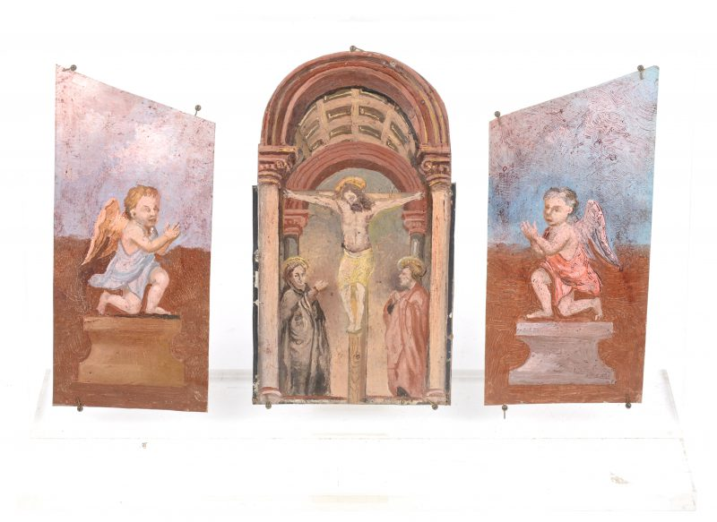 Drie olieverfschilderijtjes op koper, waarbij één met een voorstelling van Christus aan het kruis, geflankeerd door twee engeltjes. Op plexiglazen staander.