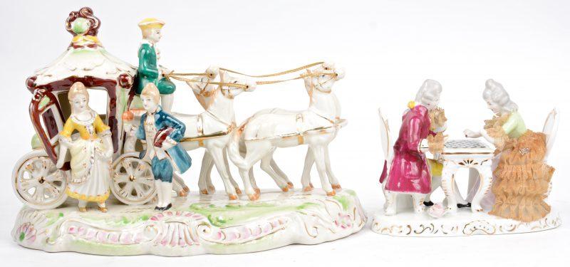 Twee groepjes van meerkleurig en verguld porselein, waarbij één in de vorm van een koppel bij een paardenkoets en het andere met een voorstelling van een schakend koppel/