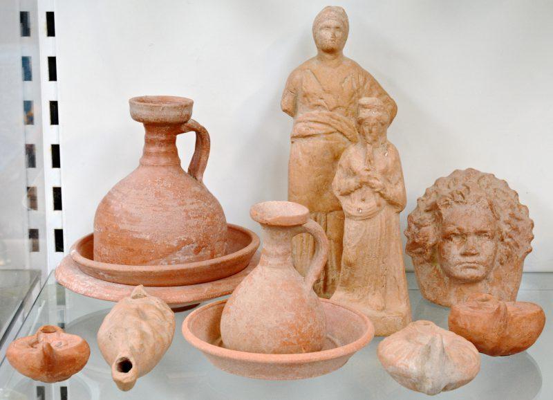 Een lot terracotta met onder meer olielampjes, schoteltjes en beeldjes.