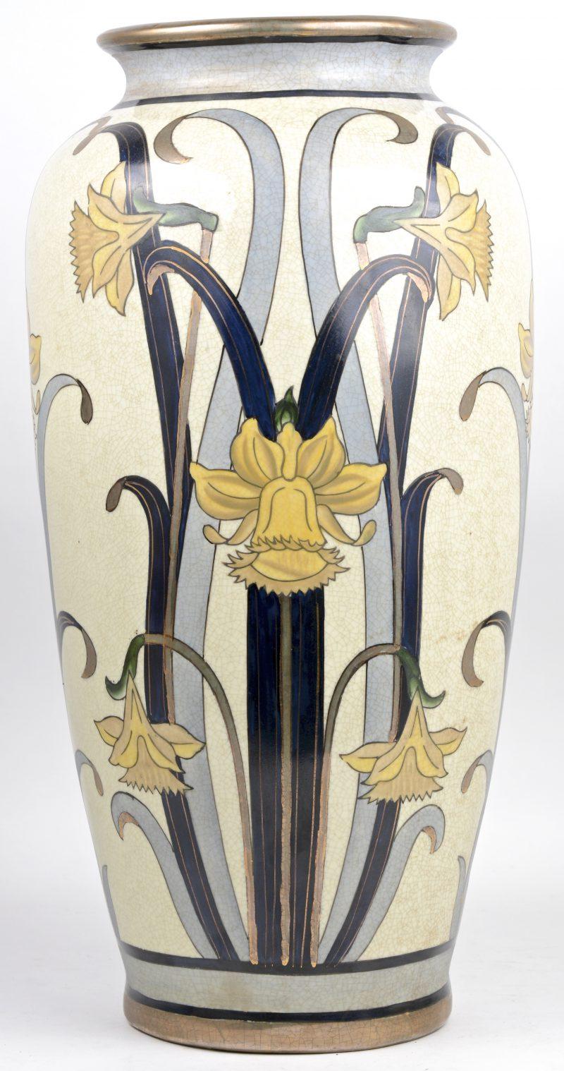 Een art nouveau vaas van aardewerk met een meerkleurig decor van narcissen. Gesigneerd 'G. Fieravino'