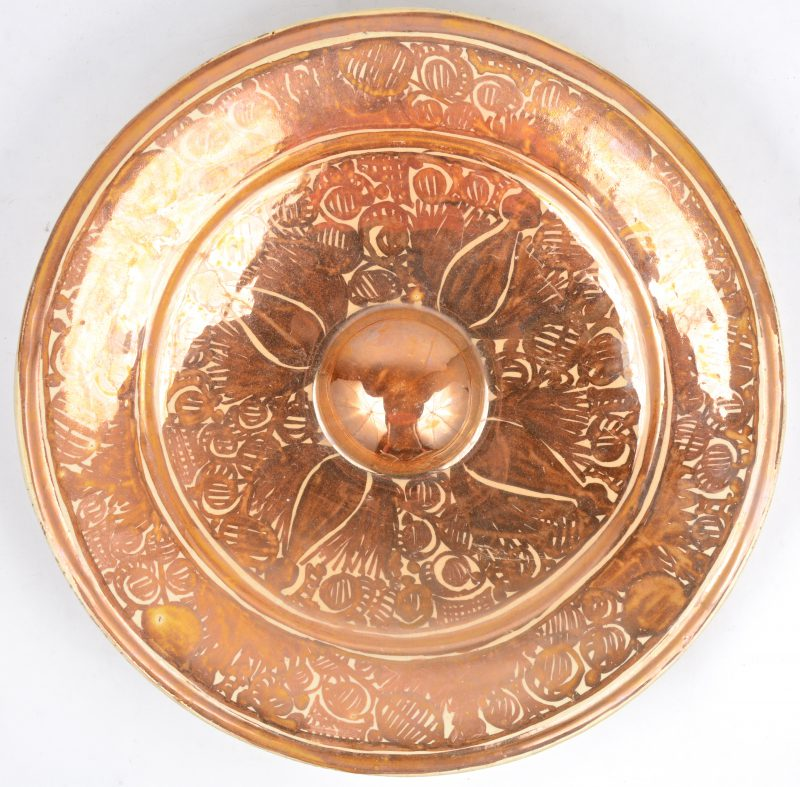 Een schotel van Spaans aardewerk met lusterglazuur.