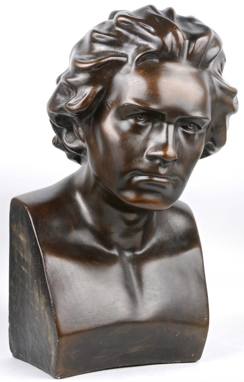 Een buste van Beethoven van donkergepatineerd plaaster.
