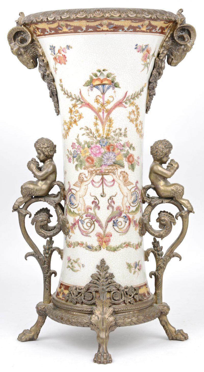 Een rijkelijk gedecoreerde porseleinen vaas in Barokke stijl. Versierd met bronzen frame, met faunen en ramskoppen.