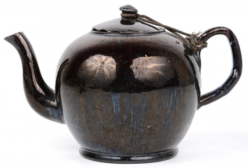 Een antieke theepot van Naams aardewerk. Randschade aan het deksel.