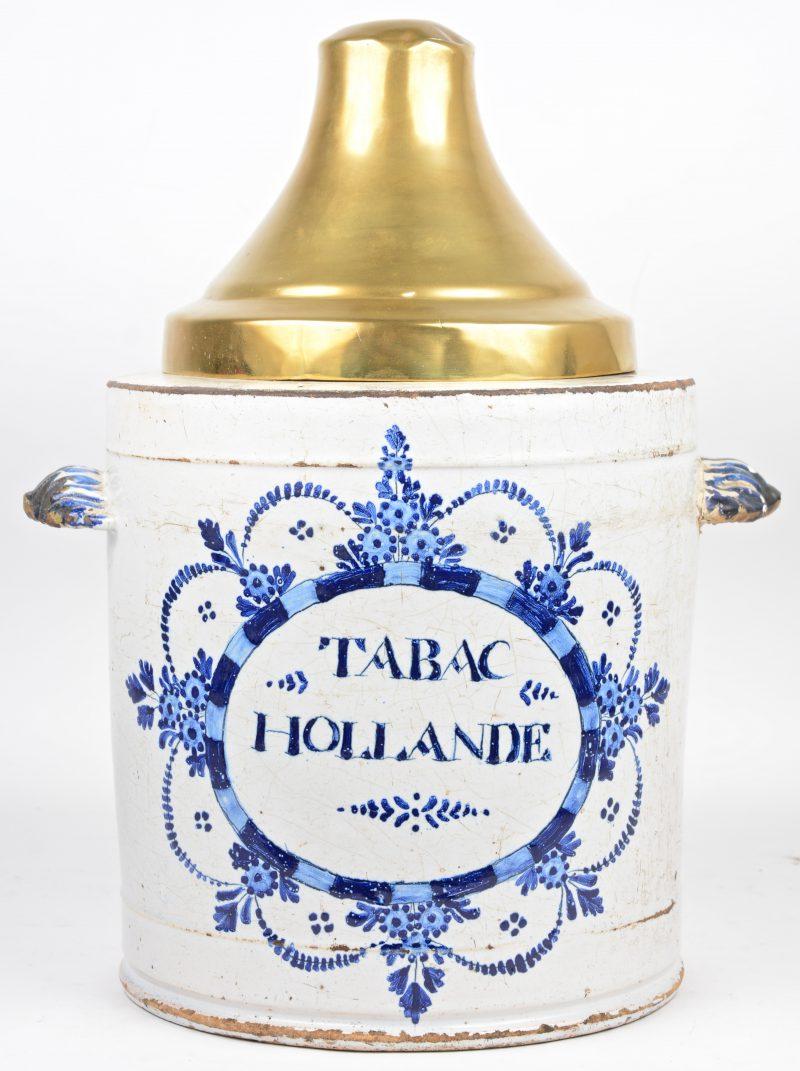 Een grote aardewerken tabakspot met blauw op wit decor en met messingen deksel, afkomstig van een winkel. Omstreeks 1700. Met gebruiksschade.