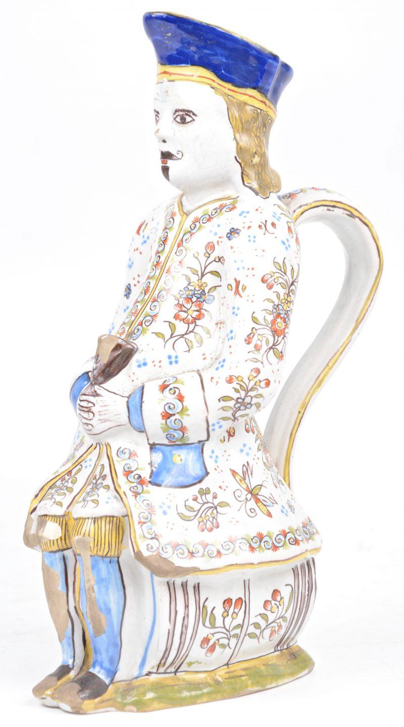 Een Franse vormbeker van meerkleurig aardewerk. Eind XVIIIe eeuw. Gemerkt onderaan.