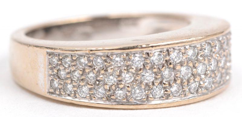 Een 18 karaats wit gouden ring bezet met diamanten met een gezamenlijk gewicht van ± 0,50 ct.