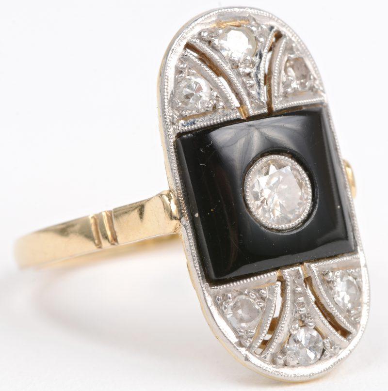 Een 18 karaats wit gouden ring bezet met diamanten met een gezamenlijk gewicht van ± 0,50 ct. en onyx.