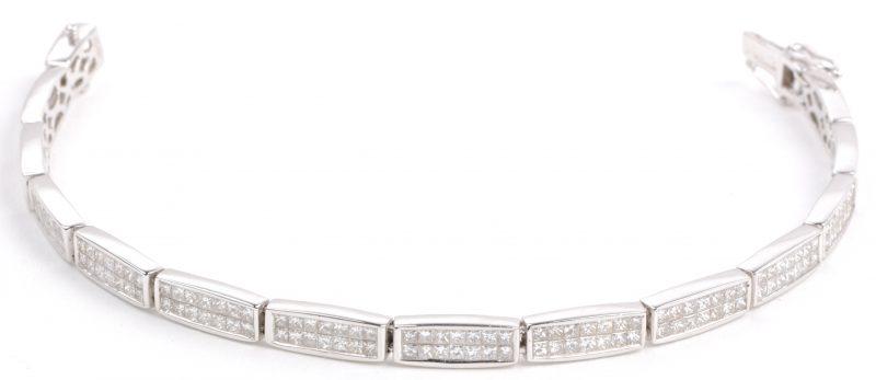 Een 18 karaats wit gouden schakelarmband bezet met in princess cut geslepen diamanten met een gezamenlijk gewicht van ± 5,32 ct.