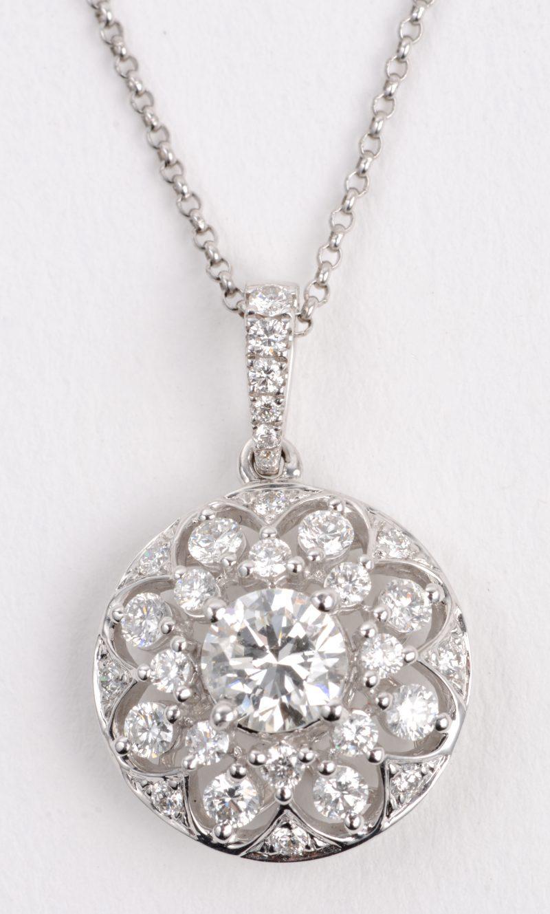 Een 18 karaats wit gouden ketting met hanger bezet met een centrale diamant van ± 0,70 ct. en met diamanten een gezamenlijk gewicht van ± 1,30 ct.