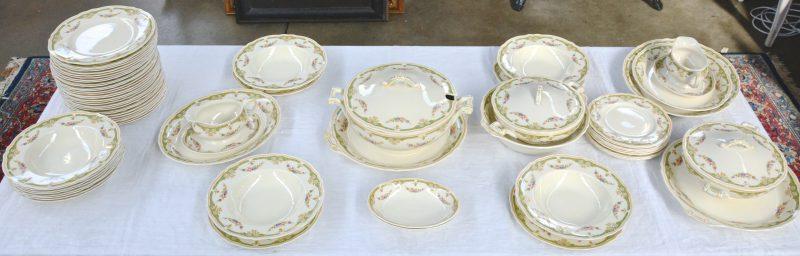 Een aardewerken servies, bestaande uit een grote en twee kleinere terrines,  36 platte borden, 12 diepe borden, 9 kleine borden, 2 sauskommen, een slakom, 2 kleine schaaltjes en 5 schotels. Gemerkt.