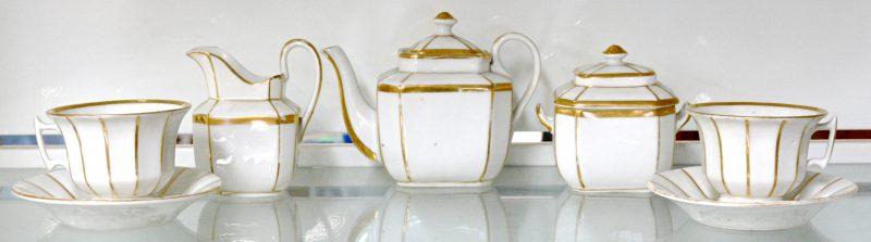 Een tête-à-tête van porselein met vergulde details. XIXe eeuw.