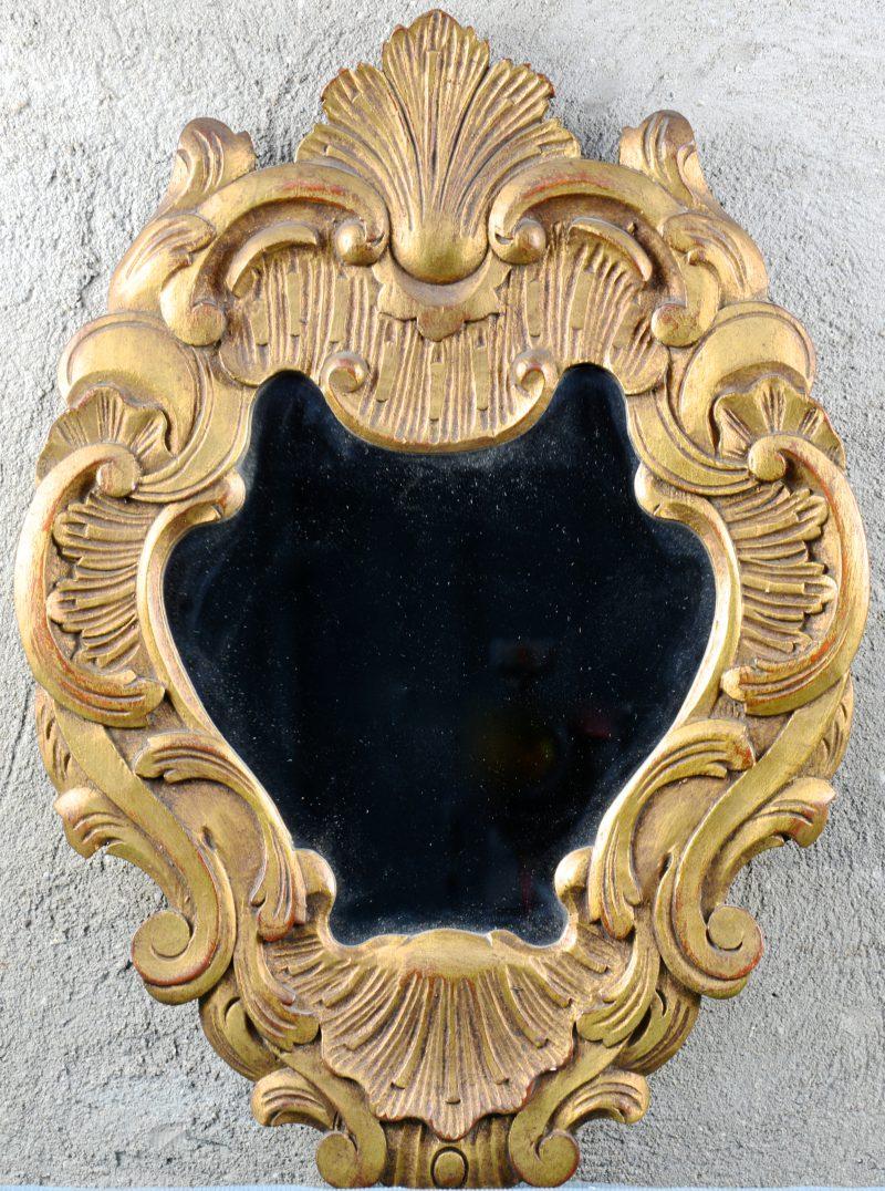 Een verguld houten spiegeltje in barokke stijl.